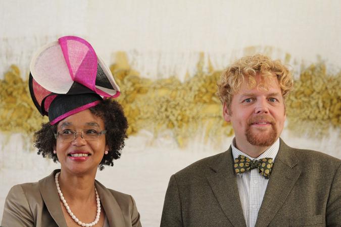 Presentatie door Ernestine Comvalius (directeur Bijlmer Parktheater) met hoed van Pshats en  bariton Hans Pieter Herman.